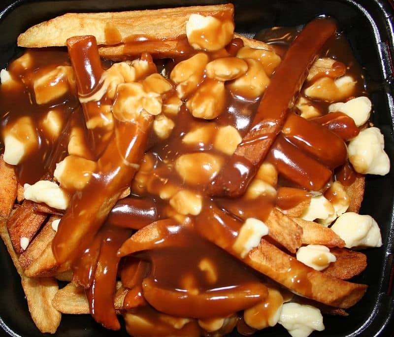 es spécialités culinaires canadiennes- poutine