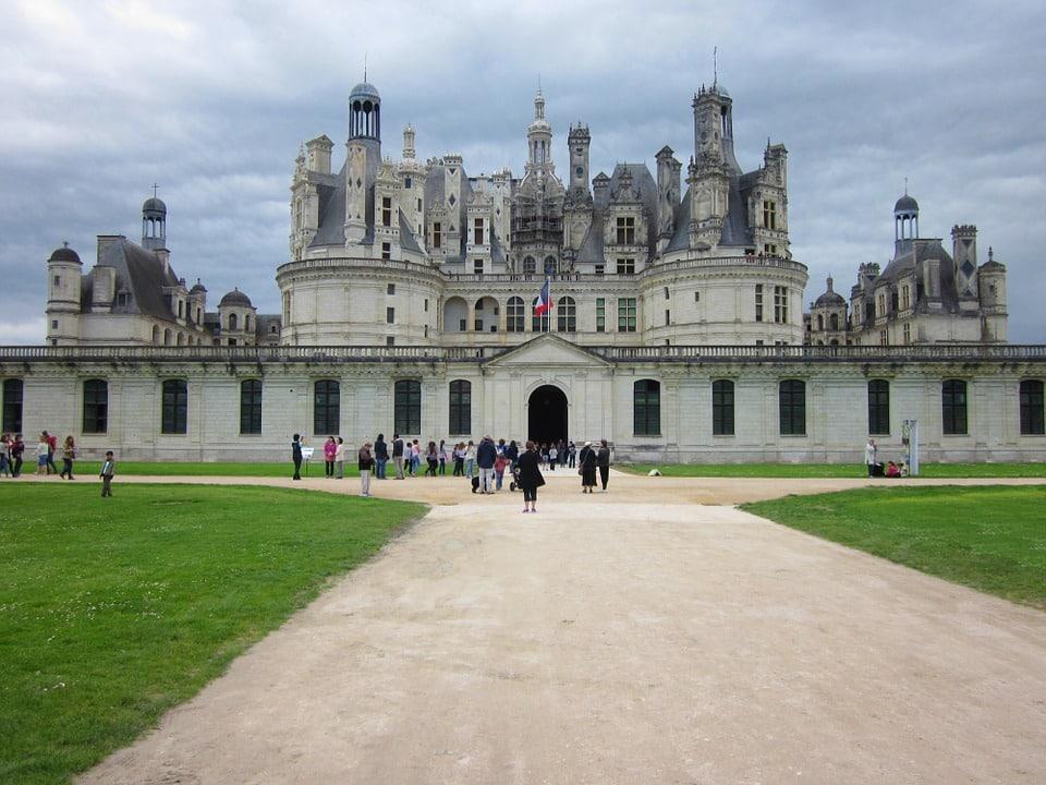Visiter les châteaux de la Loire à pied Visiter les châteaux de la Loire à pied, une balade entre les châteaux et les jardins Envie d'une randonné inoubliable en famille ou en amoureux ? De passer une expérience unique? et bien il faut absolument visiter les châteaux de la Loire à pied Visiter-les- châteaux -de-la-Loire-une-promenade-unique-entre-les-merveilleux-châteaux-et-les-jardins Visiter les châteaux de la Loire à pied Envie d'une expérience inoubliable ? Les châteaux de la Loire construits à l'époque de la renaissance, peuvent être visités de différentes manières. Mais vous voulez que l'expérience reste gravée dans votre esprit? donc le mieux est de visiter les châteaux de la Loire à pied. Pour contempler la nature des immenses jardins et admirer les merveilleux châteaux que la région de la Loire offre. La meilleur chose à faire est de préparer ses valises! Et partir en voyage pour oublier la routine et visiter ce patrimoine. Chaque pas de cette visite vous laissera bouche bée. Les merveilleux châteaux de la Loire ne vous laisseront sûrement pas indifférent. Il est conseillé de prendre son temps pour admirer ces châteaux et comparer les différentes constructions proposées. Visiter les châteaux de la Loire à pied vous fera rêver et vous emmènera dans un paradis terrestre inoubliable. Un véritable conte de fées vous attend! Qu'attendez vous? Préparez vos valises! Illustration 1: https://pixabay.com/fr/photos/chambord-loire-ch%C3%A2teau-france-1005944/ Une randonnée unique autour des châteaux de la Loire Les châteaux de la Loire, magnifique endroit pour une randonné en famille, en amoureux ou entre amis. Vous avez envie de respirer de l'air pur? et bien le meilleur est de visiter les châteaux de la Loire à pied. C'est ce qu'il vous faut! je vous propose un itinéraire pour rendre votre visite unique. La Loire possède une dizaine de châteaux merveilleux qu'il faut absolument voir. Chacun avec des caractéristiques différentes qui font rêver tous les amateurs d'Hist